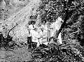 COLLECTIE TROPENMUSEUM Portret van de families Arens en Cattenburg in de bergen bij Poedjon TMnr 10023954.jpg