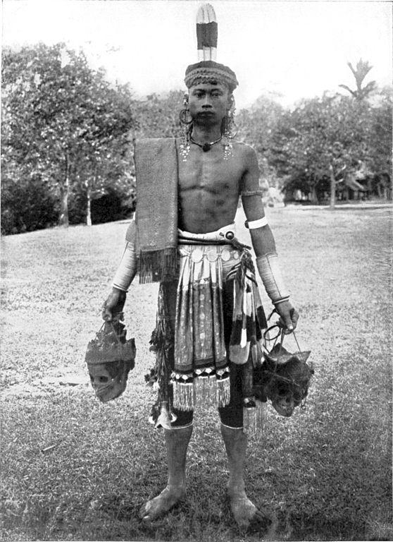 http://upload.wikimedia.org/wikipedia/commons/thumb/5/58/COLLECTIE_TROPENMUSEUM_Portret_van_een_Dajak_krijger_op_Borneo_met_twee_van_hoofddeksels_voorziene_schedels_in_zijn_handen_en_een_kleed_over_zijn_schouder_TMnr_60043379.jpg/558px-thumbnail.jpg