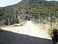 Camino que cruza la presa del Molinar desembocando en un tunel subterráneo - panoramio.jpg