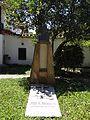 Casa de la cultura de el Socorro. Patio trasero, tumba de Luis a Morales.jpg