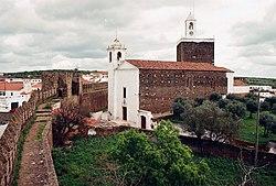 Castelo e igreja matriz do Alandroal (Portugal).jpg