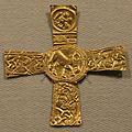 Cividale, necropoli di s. stefano in pertica, tomba 11 di ragazzo di rango, 600-615 ca, croce in oro con sbalzo 1.jpg