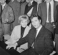 Cliff Richard , aankomst op Schiphol met Willeke Alberti tijdens persconferentie, Bestanddeelnr 916-3954.jpg