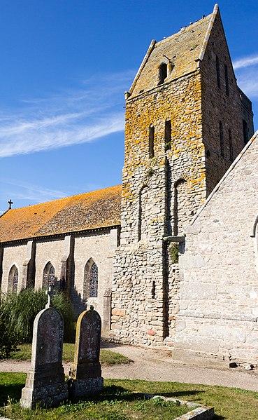 Angle sud-est du clocher roman de l'église saint Pierre à Gatteville-le-Phare (France)