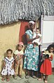 Collectie Nationaal Museum van Wereldculturen TM-20029127 Moeder met haar kinderen voor hun woning Bonaire Boy Lawson (Fotograaf).jpg