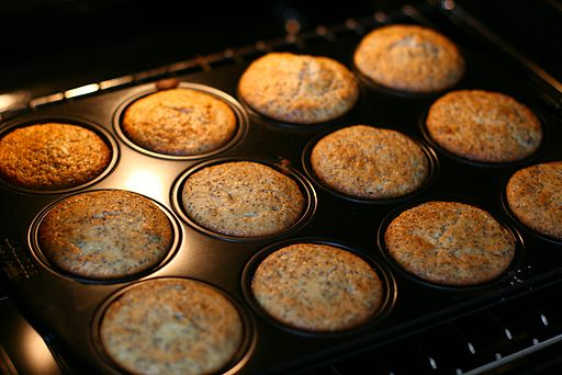 Cranberry-Mohn Muffins in baking tray