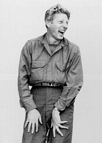 Danny Kaye underhåller trupper i Japan 1945