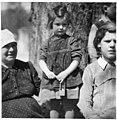 Deklica z ragljo na veliki petek, ko bodo otroci strašili Boga 1940.jpg