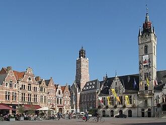 Dendermonde - Image: Dendermonde, stadhuis en monumentale panden op Grote Markt foto 2 2010 10 09 14.59