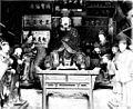 Der Tung-yüe-miao. Eine der 72 Nischen, in denen die 72 Höllenrichter dargestellt sind.jpg