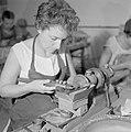 Diamantbewerksterers (diamantslijpsters) aan het werk in Natanya, Bestanddeelnr 255-4368.jpg