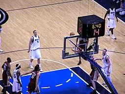 Dirk Nowitzki lanzando un tiro libre