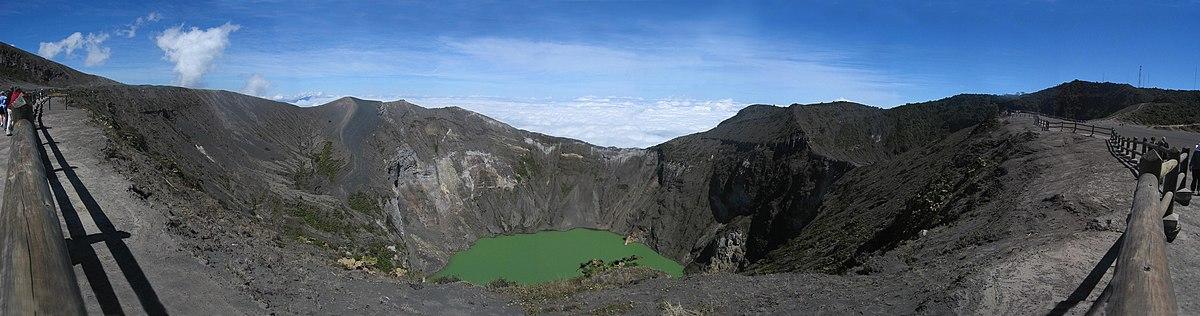 צילום פנורמי של לוע הר הגעש אירזו (Irazu) בקוסטה ריקה והאגם שנקווה בו
