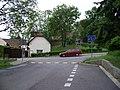 Dolní Chabry, Bílenecké náměstí čp. 17 a kostel.jpg