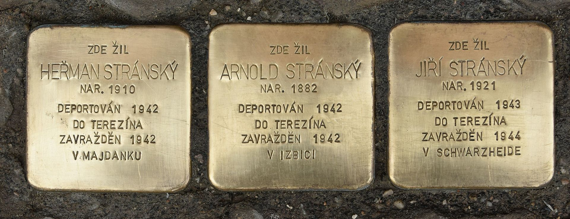 Drei Stolpersteine für Familie Stránský in Tišnov, Brněnská 9.jpg