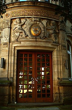 Eingang Höhere Töchterschule I Lehrerinnenbildungsanstalt und Elisabethschule Wilhelm-Raabe-Schule Langensalzastraße 34 Hannover.jpg
