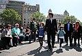 El president Puigdemont passejant per Barcelona amb les seves filles.jpg
