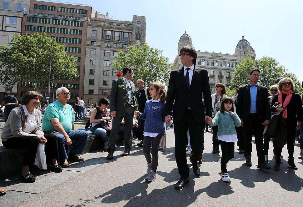 El president Puigdemont passejant per Barcelona amb les seves filles