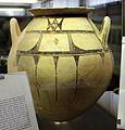 Enchrytrismos (vaso di uso funebre per bambini), da tomba 1 in via s. agostino ad altamura, VII secolo ac.jpg