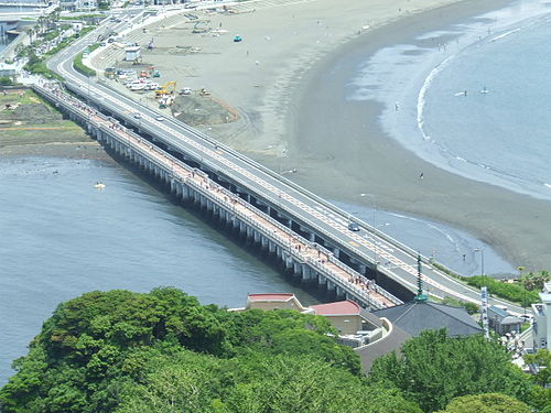 江の島弁天橋(左)と江の島 ...