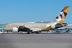 Etihad للطيران Airbus A380-800 A6-API (26993025018).jpg