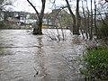 Etwas überflutetes Lahnufer unterhalb Trojedamm mit Grüner-Wehr und Mühle 2018-04-14.jpg