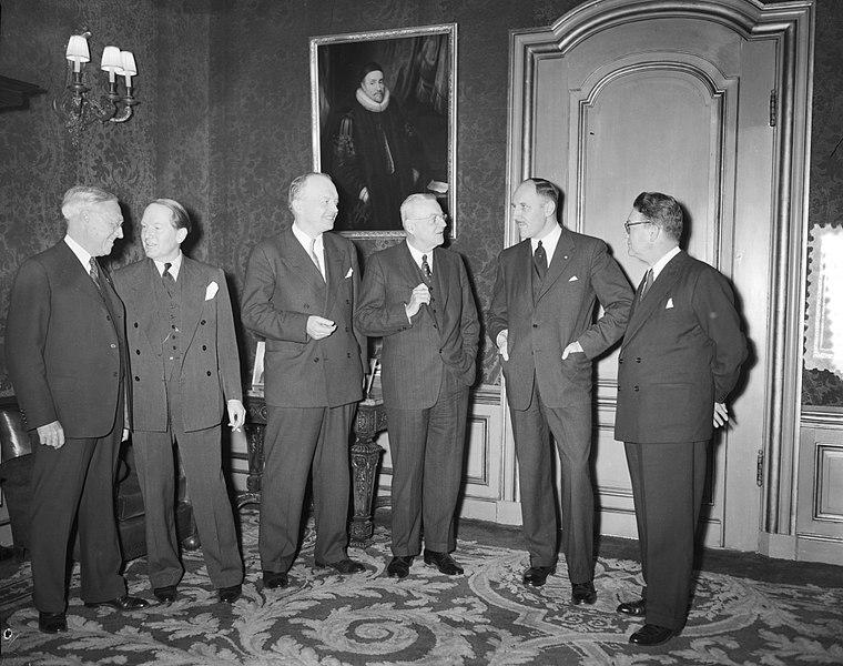File:Foster Dulles en Stassen op Buitenlandse Zaken Hunter Begen Amerikaanse Ministe, Bestanddeelnr 905-5289.jpg