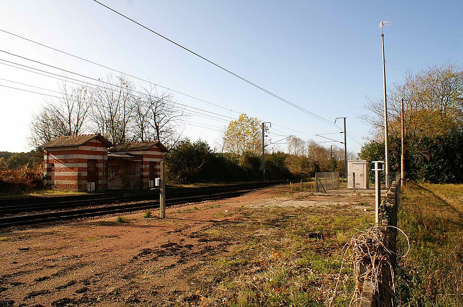 L'ancienne gare de Saint-Jacut-les-Pins où il ne reste que l'abri de quai construit par la compagnie du PO, le bâtiment voyageurs ayant disparu.
