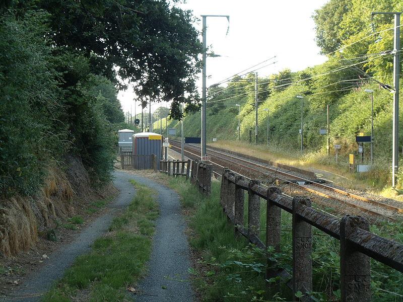 Vue du chemin d'accès à la Gare de Plouvara - Plerneuf en direction de rennes