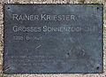 Gedenktafel Robert-Rössle-Str 10 (Buch) Großes Sonnenzeichen I&Rainer Kriester&1995.jpg