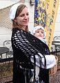 Geuzen vrouw met dochtertje op haar buik Brielle.jpg
