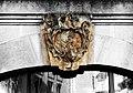 Giebelstein eines Pulsnitzers Tuchhändlers - panoramio.jpg