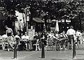 Haarlem behoort bij de tien Nederlandse steden waar de meeste cafés zijn gevestigd. Op de foto terrassen op de Botermarkt. Aangekocht in 1997 van United Photos de Boer bv. - Negatiefnummer 4, NL-HlmNHA 54036512.JPG