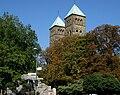 Herz-Jesu-Kirche Osnabrück mit Haarmannsbrunnen.jpg