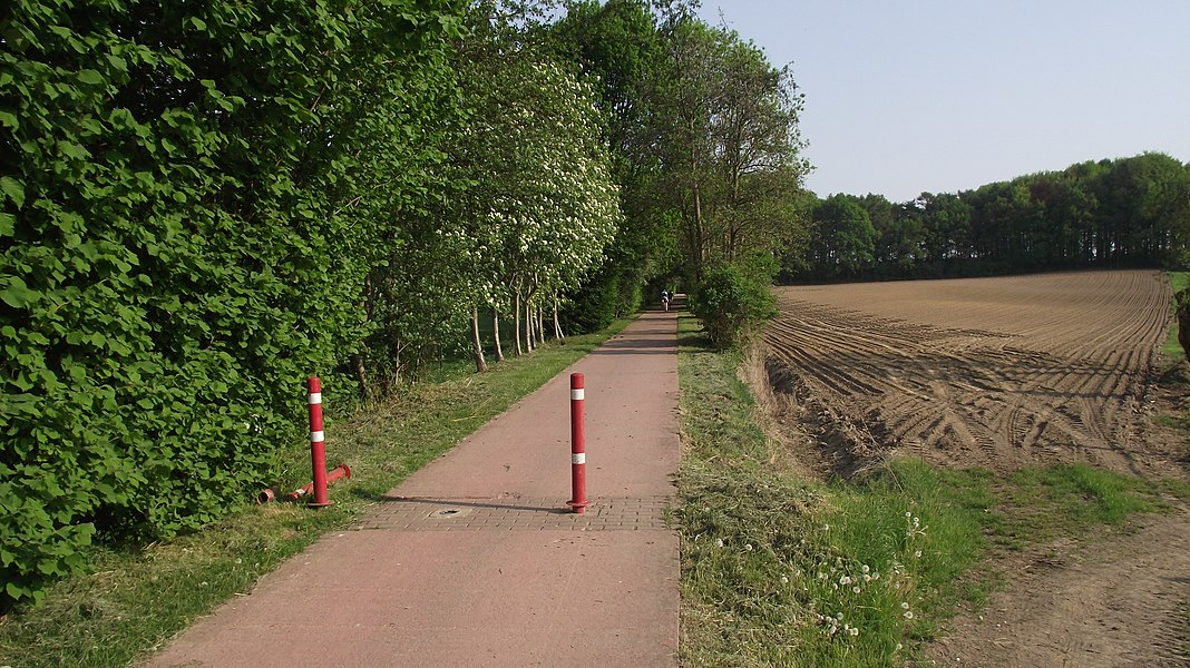 Start of the cycle path from Sint-Lievens-Houte to Herzele. This is the old vicinal railway route.