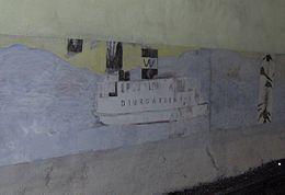 Vaxholmsbåt og birkestamme på metrostationens væg.