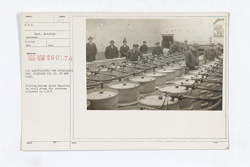 Archivo:Industries of War - Gasoline - OIL MANUFACTURED FOR GOVERNMENT USE. STANDARD OIL CO. OF NEW YORK. Filling Socony Motor Gasoline in steel drums for overseas shipment to A.E.F - NARA - 31488804.jpg