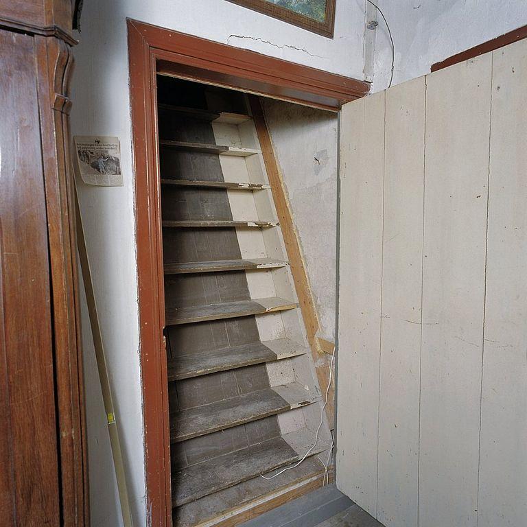 File interieur steile trap naar zolder feerwerd 20369378 wikimedia commons - Trap toegang tot zolder ...