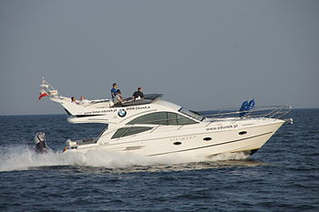 English: Motor yacht sailing in the bay of Gda...