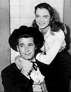 L'actriz estatounitense Louise Fletcher con l'actor James Garner en una imachen de 1959.