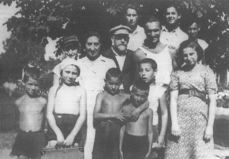 Janusz Korczak et Misza Wróblewski avec les orphelins de leur école à Varsovie avant la guerre.