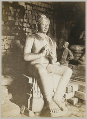 KITLV 12217 - Kassian Céphas - The photographer K. Céphas at the Buddha sculpture in Tjandi Mendoet - 1890.tif