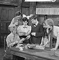 KRO-televisie TV-spel Ik herinner mij mama van links naar rechts op Enny Meu, Bestanddeelnr 913-9827.jpg