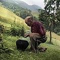 Karl Denovnik, Spodnji Dolič, pripravlja lonec za ogenj, s katerim bo pregnal nevihto 1963.jpg