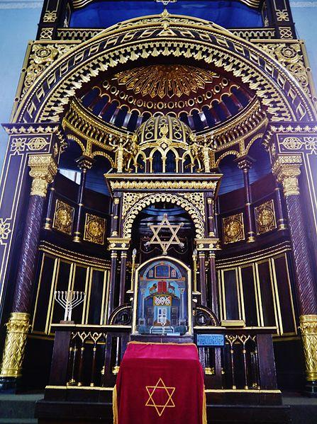 File:Kaunas Synagoge Innen Thoraschrein 3.JPG