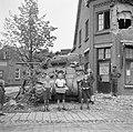 Kinderen brengen soldaten van de Irish Guards appels, Bestanddeelnr 255-9038.jpg