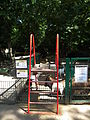 Klettergerüst Zugang Streichelgehege Zoo Landau Juni 2011.JPG