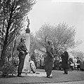 Kranslegging door burgemeester Van Hall op de Oosterbegraafplaats, Bestanddeelnr 912-4485.jpg