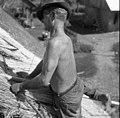 """Krovec Jože Skubic iz Prekope (""""Dedouka"""") pokriva streho na podu, Malence. Z nogo pritisne palico, ko poveže """"prek?lco"""" k lati 1956.jpg"""