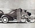 L'Américain Albert Marquet le 12 avril 1937 à Los Angeles, recordman mondial de vitesse à vélo sur le plat derrière abri (139,902 kmh, aspiré par une voiture) - 1.jpg